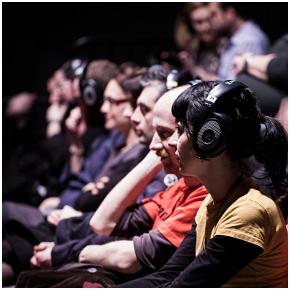 L'ascolto in teatro del Radiogiallo di Lucarelli