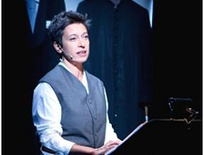 Giuliana Musso in La fabbrica dei preti (photo: Officine fotografiche)