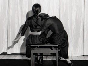 Ermanna Montanari e Chiara Guidi in Poco lontano da qui