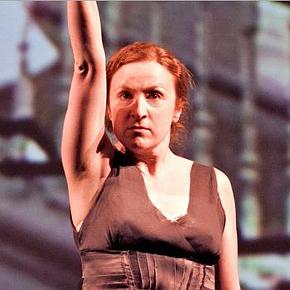 Federica Fracassi in Eva (photo: teatroi.org)