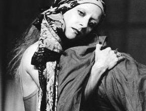 Cathy Marchand in una scena di Antigone del Living Theatre (1967)