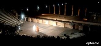 I fratelli nel suggestivo scenario del Teatro Romano di Ostia Antica