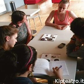 Alcune studentesse che hanno partecipato a Youngest Critics for Dance durante l'incontro con Jo Fong e Sarah Bronsard