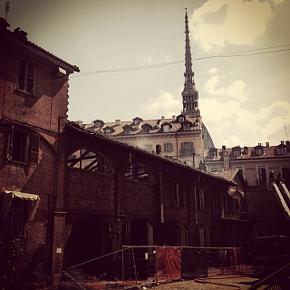 Un lato della Cavallerizza domenica mattina, dopo l'incendio doloso di sabato notte, con i pompieri ancora al lavoro (photo: Klp)