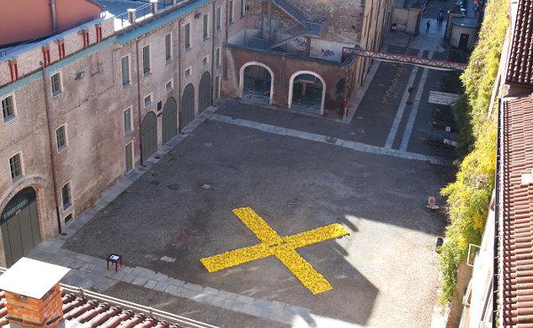 La X di Mauro Cuppone nel cortile della Cavallerizza (photo: maurocuppone.wordpress.com)