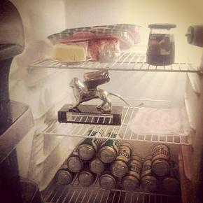 Il frigo veneziano di Agrupación Señor Serrano. Felicità è trovarci dentro 15 lattine di birra, prosciutto di Parma, formaggio e...