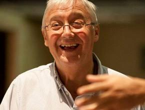 Graham Vick durante le prove a Como (photo: Teatro Sociale di Como)