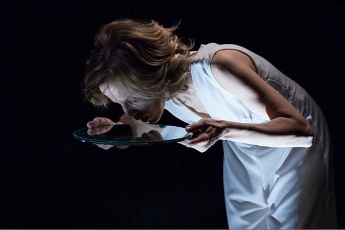 Sonia Bergamasco ne Il ballo (photo: teatrofrancoparenti.it)