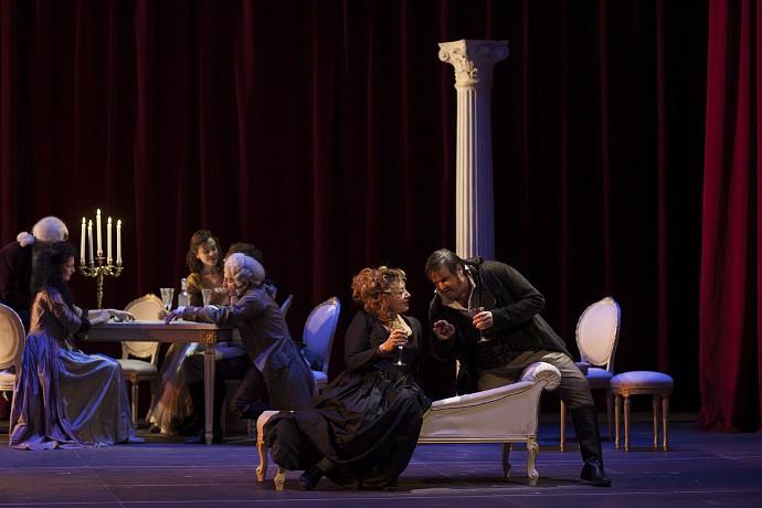In primo piano Iaia Forte (Julie Danton) e Giuseppe Battiston (Danton). Photo: Mario Spada
