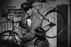 """Un'immagine del film """"Ladri di biciclette"""" di De Sica"""