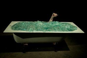 Nella vasca da bagno di Yann Marussicch, tra immobilità e movimento