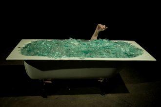 Yann Marussich emerge poco per volta da sotto 600 kg. di vetro rotti