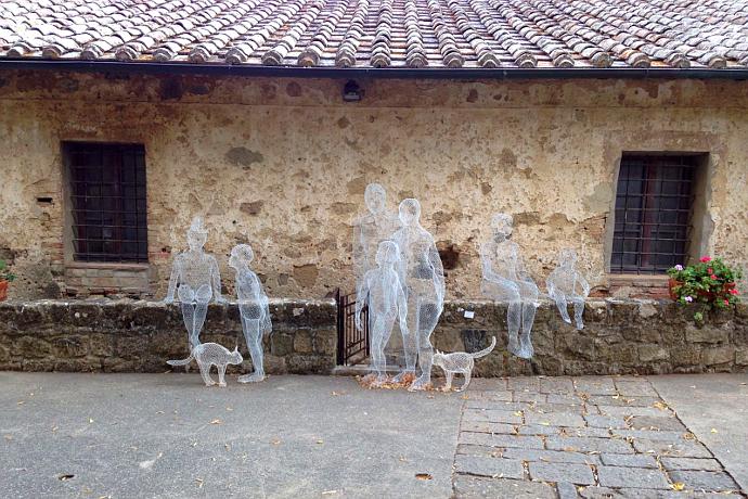 Alcune delle sculture di Daniela Capaccioli disseminate per il paese (photo: Umberto Pone)