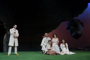 Da six Fausto Russo Alesi, Natalino Balasso, Elena Bucci. Sedute Roberta Lanave, Federica Dordei (photo: Tommaso Le Pera)