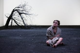 Oliver Johnstone nel King Lear (photo: Ellie Kurttz - rsc.org.uk)