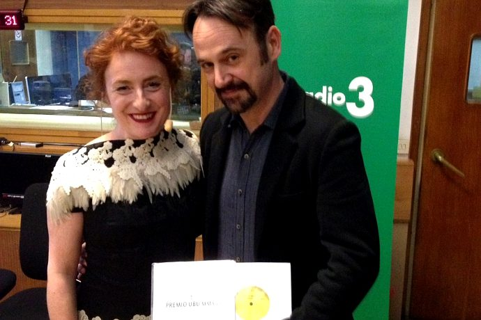 Paolo Pierobon riceve da Federica Fracassi l'Ubu come migliore attore per Morte di Danton da Federica Fracassi