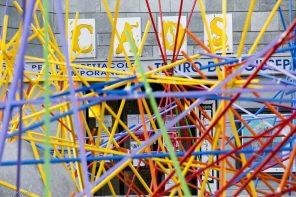 Un'azione urbana in piazza Montale, davanti alle Officine Caos, sede di Stalker Teatro