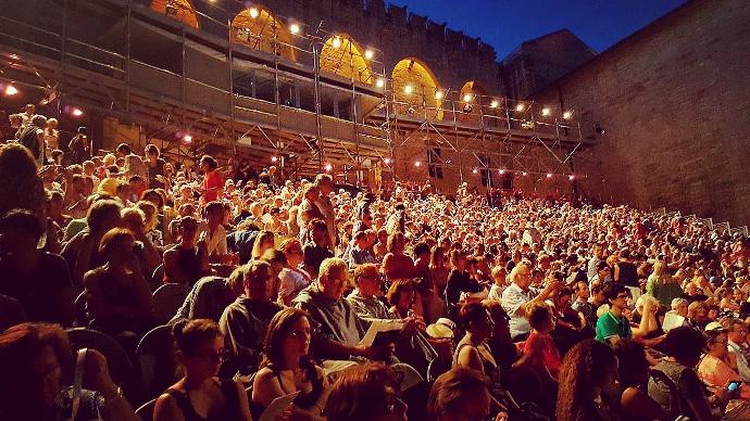 Il pubblico nella Cour d'Honneur del Palazzo dei Papi (photo: Davide Sannia)