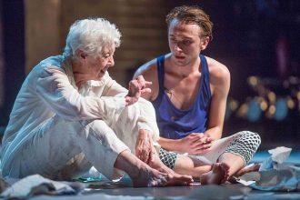 Valda Setterfield e un giovane danzatore in Lear (photo: Patrick Moore)