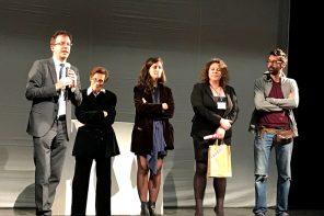 La premiazione di Becco di rame come miglior spettacolo di teatro di figura. L'assessore Del Corno insieme al Buratto