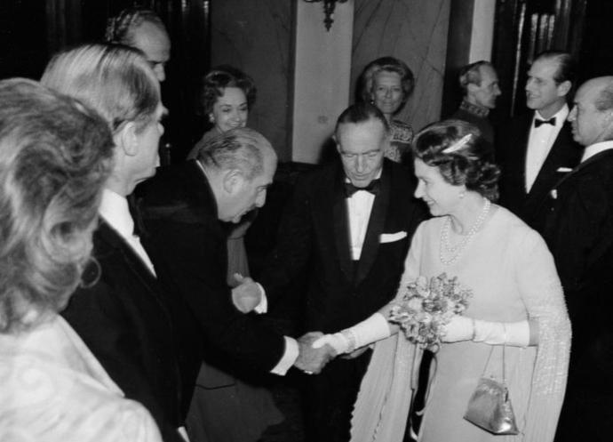 3 marzo 1976: Grassi e la regina Elisabetta II al Covent Garden di Londra in occasione della tournée della Scala