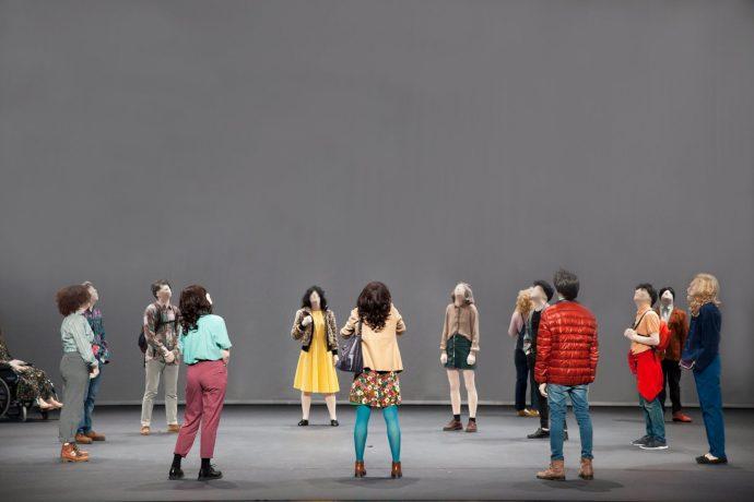 La compagnia catalana El Conde de Torrefiel ci porta al centro di una piazza, un'agorà in cui vengono visualizzate le riflessioni delle persone che passano, tutte senza volto come personaggi di Magritte (photo: Colline Torinesi)