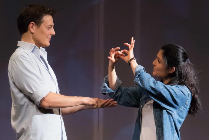 Rita Mazza e Giorgio Lupano nello spettacolo Figli di un Dio minore, ospitato nel Festival del Silenzio