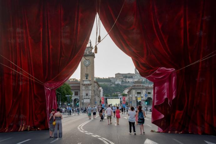 Per la Donizetti Night, dal pomeriggio a notte fonda palazzi, atri, piazze e monumenti di Bergamo si animano di quasi 100 eventi fra concerti, spettacoli, proiezioni e momenti teatrali con più di 500 artisti