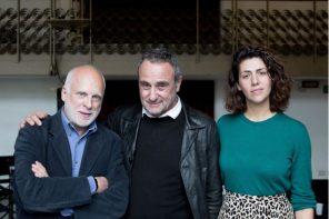 Giorgio Barberio Corsetti tra il presidente Emanuele Bevilacqua e Francesca Corona, consulente artistica per l'India (photo: Futura Tittaferrante)