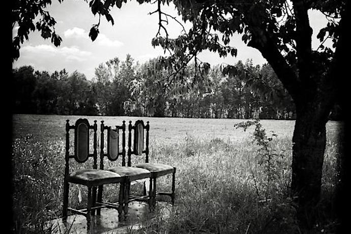 Tre sedie (2020) opera fotografica di © Tomaso Mario Bolis