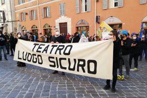 Una manifestazione dei lavoratori dello spettacolo ad Ancona (photo: etvmarche.it)