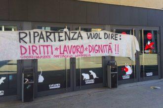 Uno striscione di protesta agli Arcimboldi di Milano