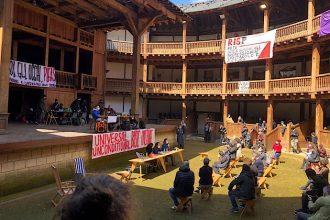 L'occupazione stamattina del Globe Theatre a Roma (ph: facebook.com/fivizzano27)